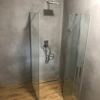 Betonová stěrka v koupelně ve sprchovém koutě