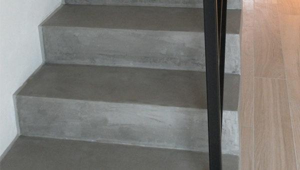 7.krok jak zalakovat betonovou stěrku na schodech